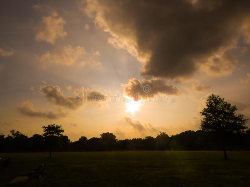 Luz sob as nuvens da noite fotografia de stock royalty free