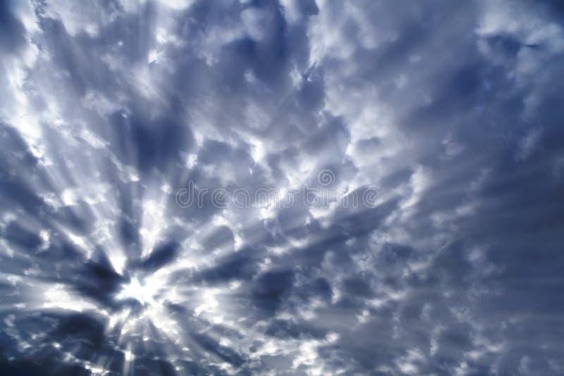 Luz solar atrás das nuvens escuras fotografia de stock