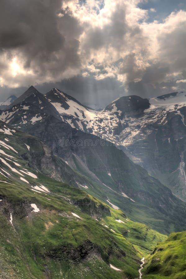 Luz solar através das nuvens de tempestade na geleira Pasterze. Austríaco fotografia de stock royalty free