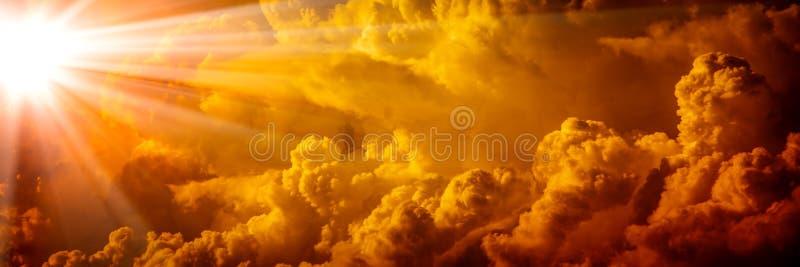 Luz solar brilhante que brilha através das nuvens alaranjadas imagem de stock royalty free
