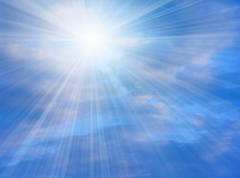 Luz solar brilhante que brilha no céu azul fotografia de stock