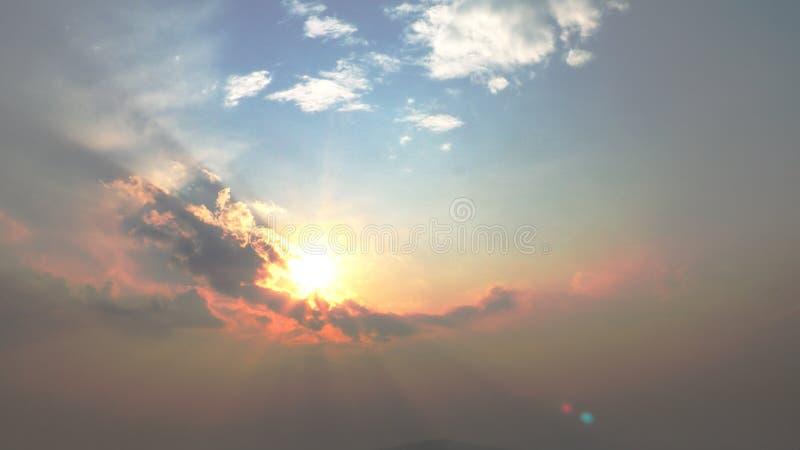 Luz solar com o céu azul e alaranjado dramático Céu vívido em nuvens escuras Fundo da foto das possibilidades remotas para o uso imagens de stock