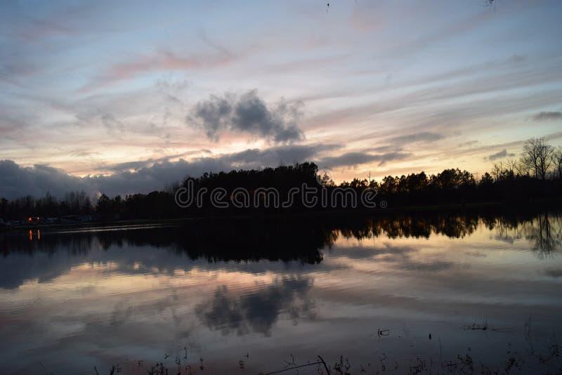 Luz Solar Da Noite Reflete Na Água Do Lago fotografia de stock