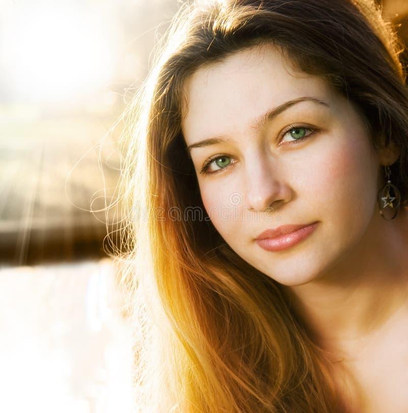 Luz solar e uma mulher nova sensual bonita fotografia de stock royalty free