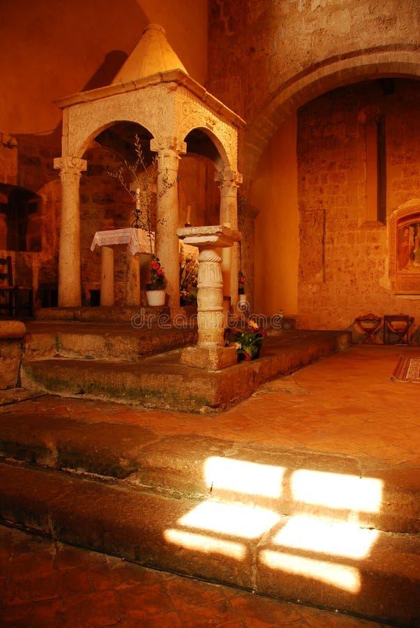 Luz solar em etapas da igreja fotos de stock