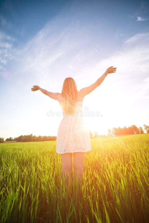Luz solar inferior exterior da estada da mulher da felicidade do por do sol imagem de stock royalty free