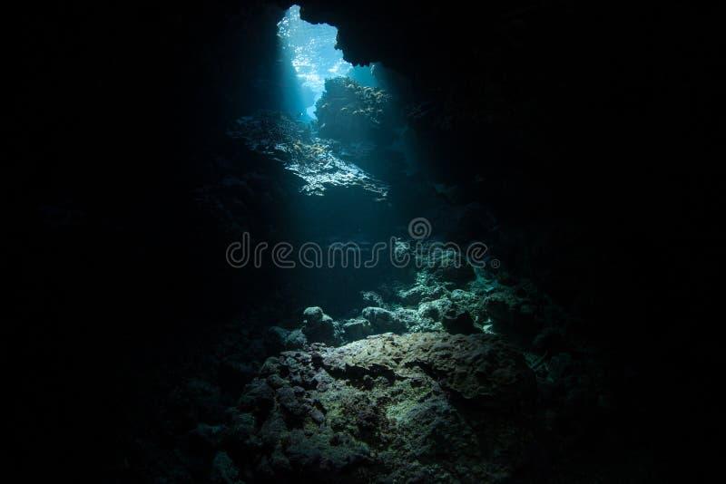 A luz solar inscreve a caverna submersa em Solomon Islands imagem de stock