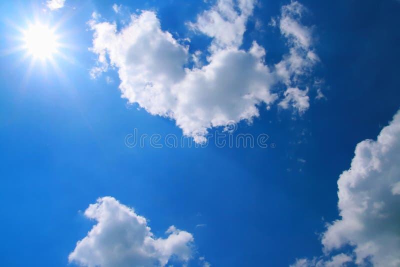 Luz solar lisa e céu azul fotos de stock