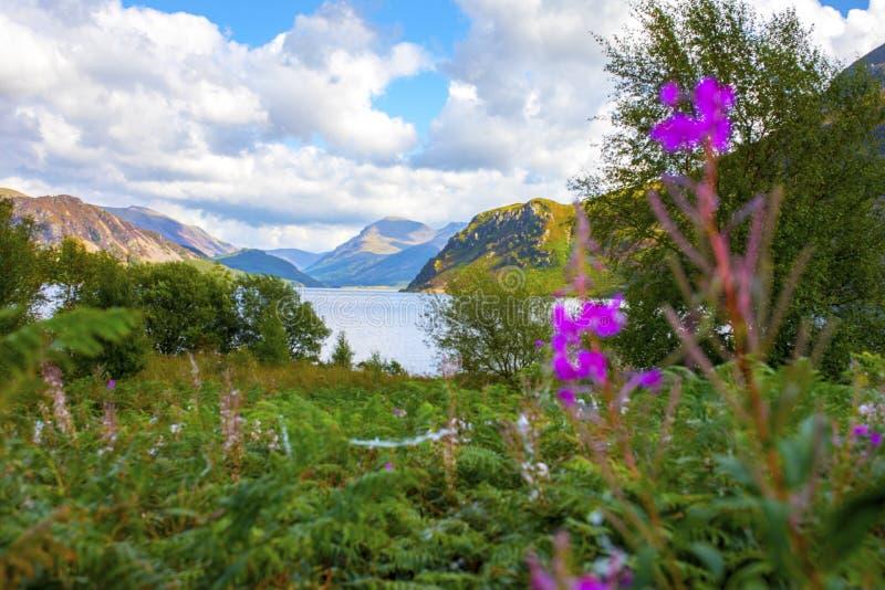 Luz solar na água de Ennerdale, Cumbria, o distrito do lago, Inglaterra imagens de stock royalty free