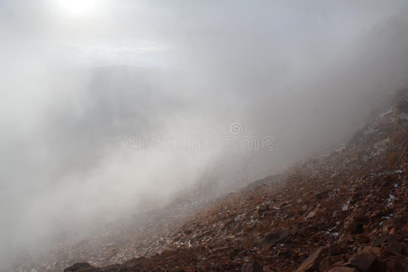 Luz solar, nuvens e bordas da montanha fotos de stock