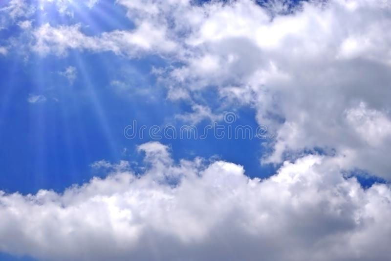 Luz solar que quebra através das nuvens brancas fotos de stock