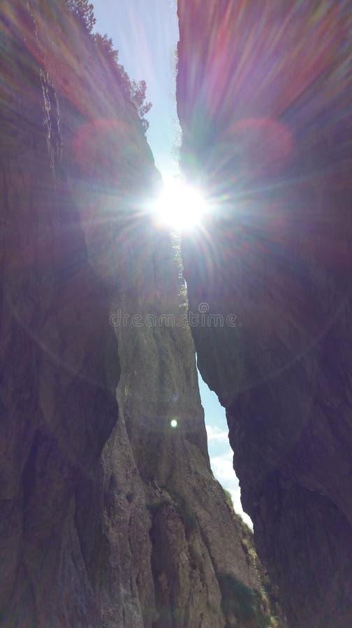Luz solar que quebra através das rochas fotos de stock
