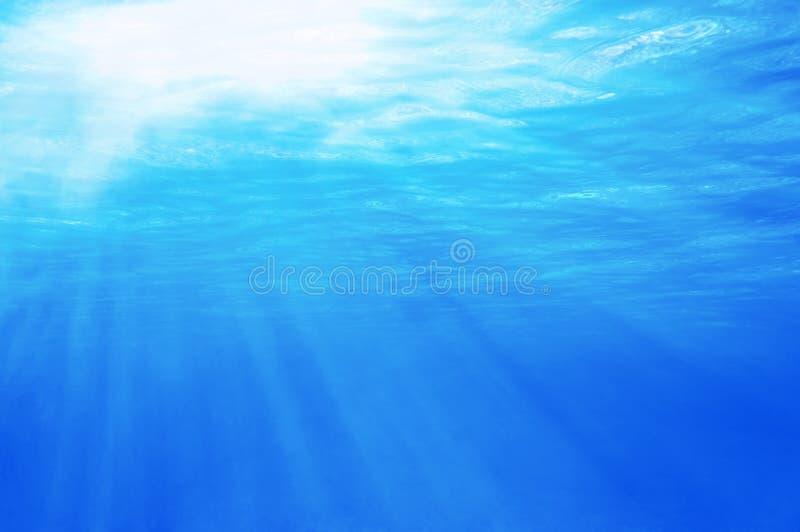 Luz solar subaquática através da superfície do mar foto de stock