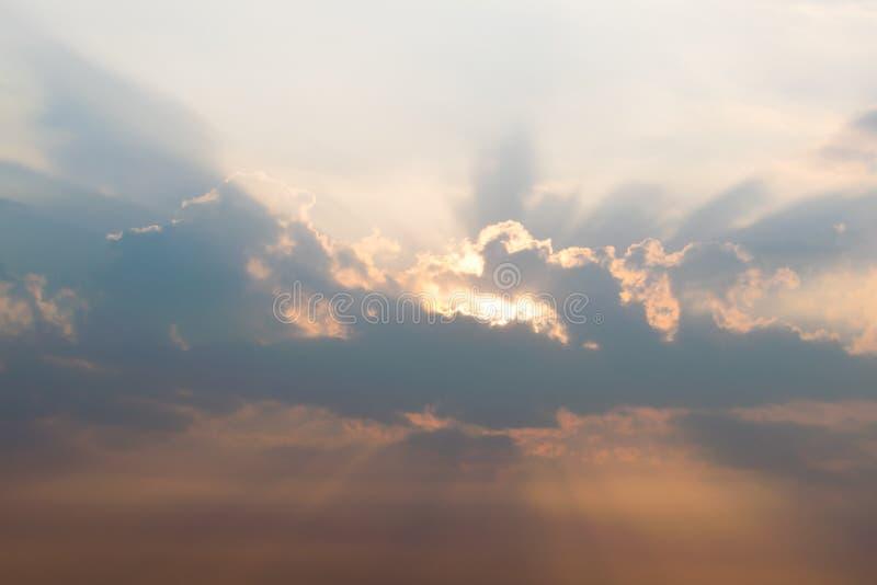 Luz solar vista com um por do sol nebuloso dramático perto fotografia de stock royalty free