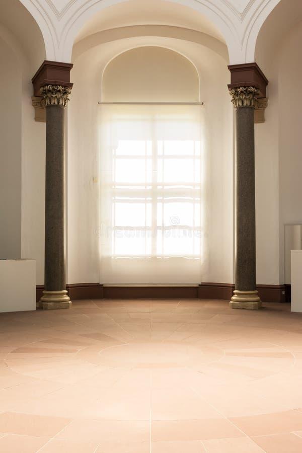 Luz solar Wh macio brilhante do espaço de Roman Greek Columns Interior Empty fotos de stock