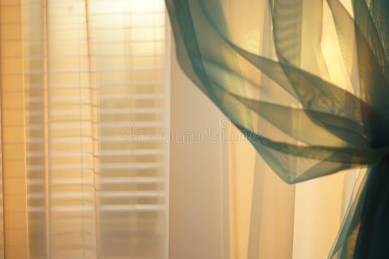 La imagen de tu día - Página 44 Luz-soleada-de-la-puesta-del-sol-través-las-cortinas-finas-en-ventana-con-persianas-145500002