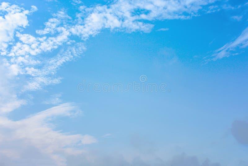 Luz suave - fundo com as nuvens brancas da natureza, espa?o do c?u azul da c?pia fotografia de stock