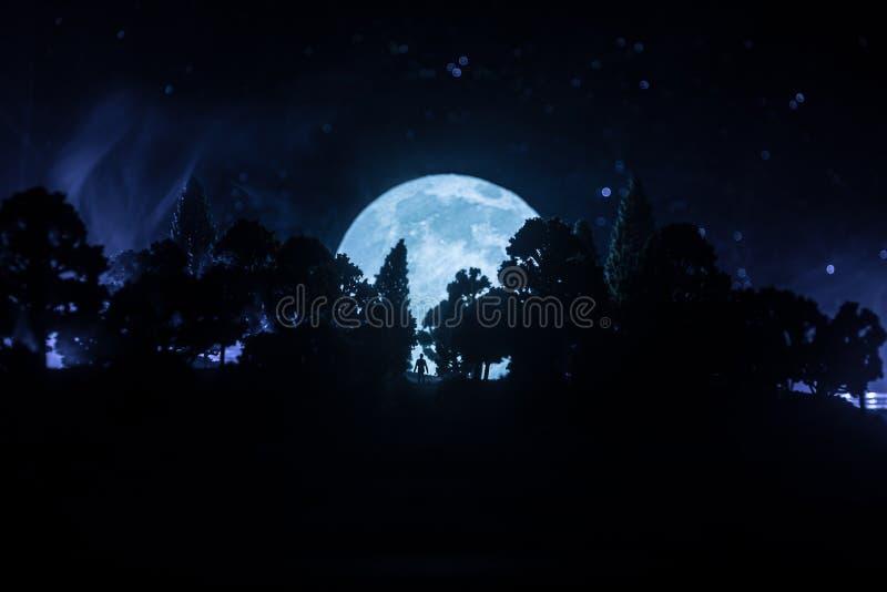 luz surreal na silhueta escura da floresta e do homem Conceito de Dia das Bruxas do horror ilustração do vetor