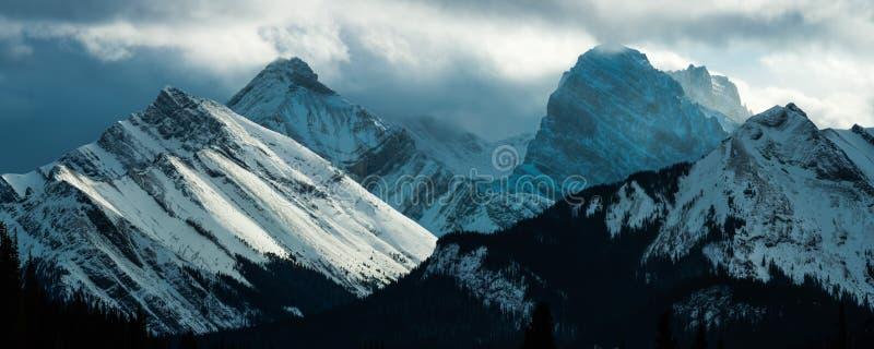 Luz tempestuosa de la montaña foto de archivo libre de regalías