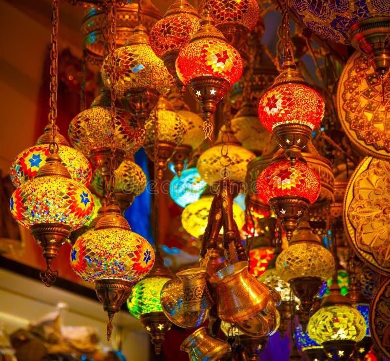 Luz tradicional oriental da lâmpada turca do mosaico Lanterna de vidro da telha no bazar de Istambul fotografia de stock