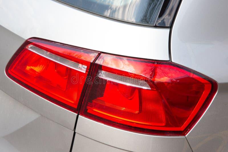Luz traseira vermelha da lanterna traseira em um carro moderno fotografia de stock royalty free