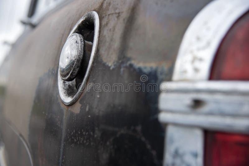 Luz trasera de la cola del vehículo basura mirando hacia abajo panel lateral y depósito de gas imagen de archivo libre de regalías