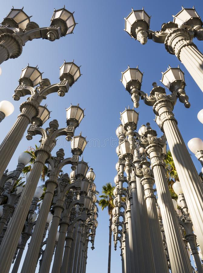 Luz urbana por Chris Burden no LACMA - museu de arte de Los Angeles County, rocha grande, no 12 de agosto de 2017 - Los Angeles,  fotografia de stock royalty free