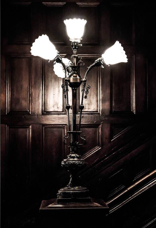 Luz velha em uma caixa de madeira da escada foto de stock