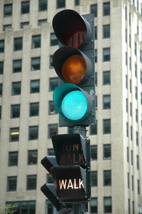 Luz verde - caminata imagenes de archivo