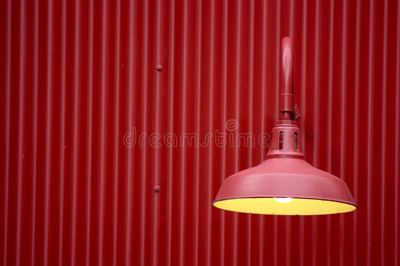 Luz vermelha de encontro ao fundo vermelho do metal imagens de stock
