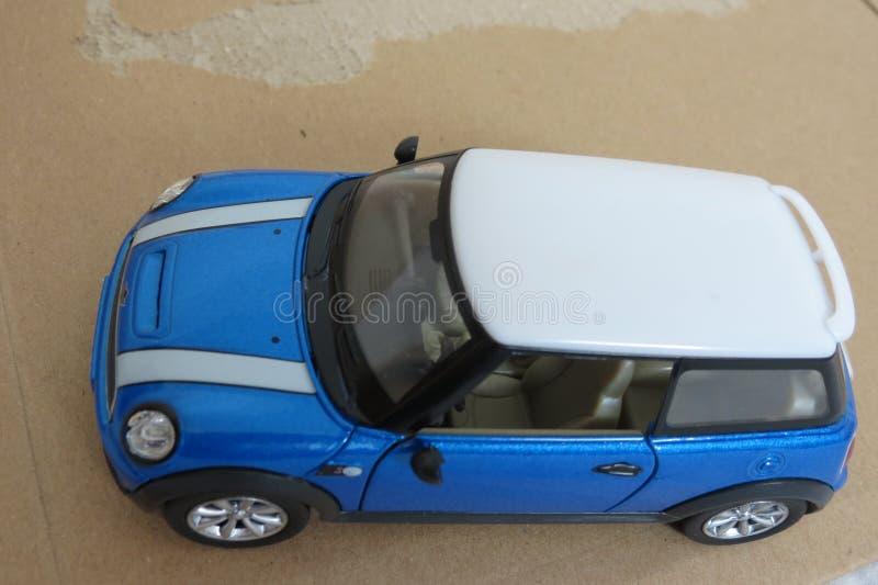 Luz - versão 2013 azul do carro de Mini Cooper fotografia de stock