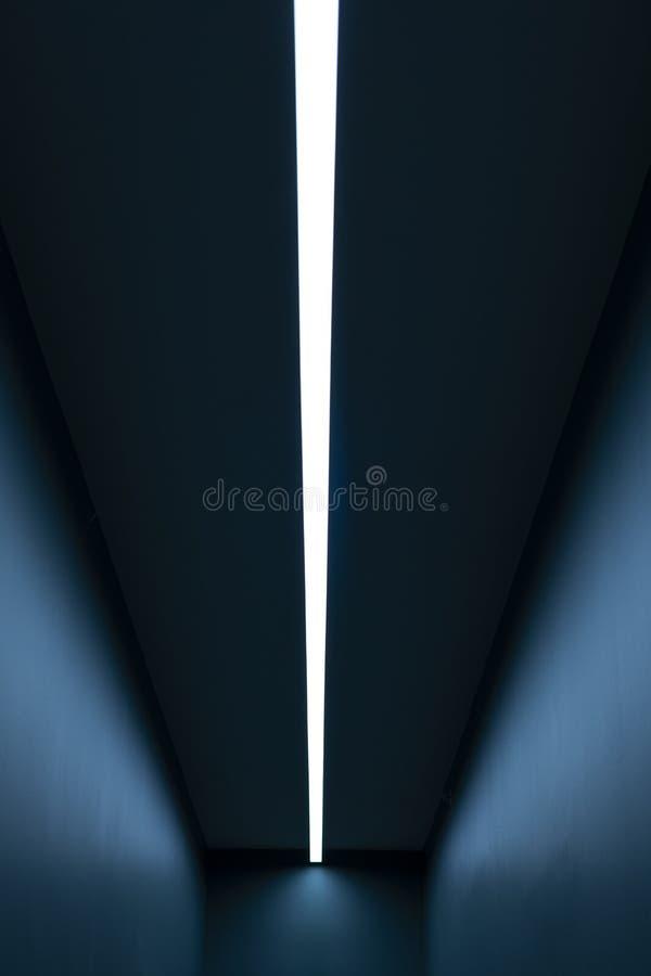 Luz vertical em uma sala azul longa ilustração royalty free