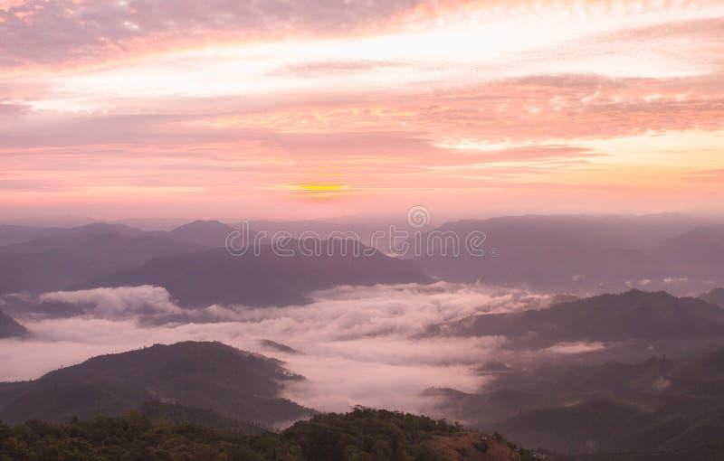 Luz y niebla de la salida del sol fotos de archivo libres de regalías