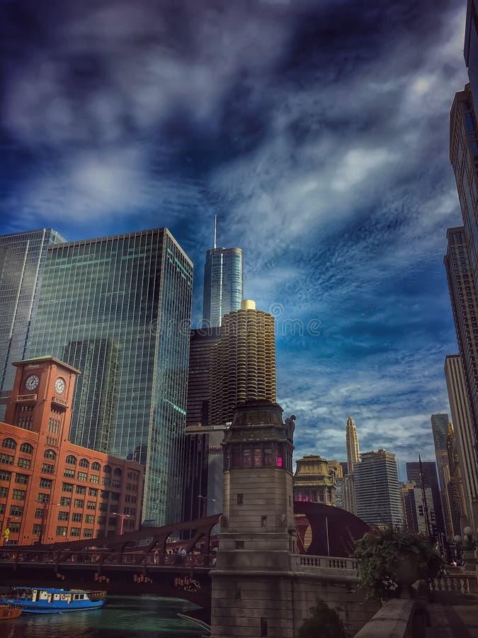 Luz y nubes de la mañana a lo largo de la orilla del río del río Chicago fotos de archivo libres de regalías