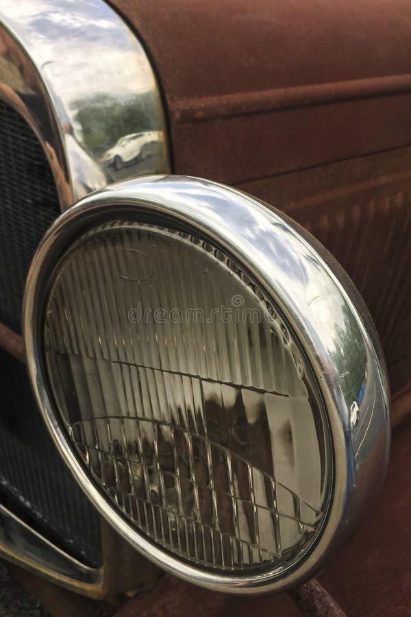 Luz y radiador viejos de la cabeza del camión de la granja fotos de archivo libres de regalías