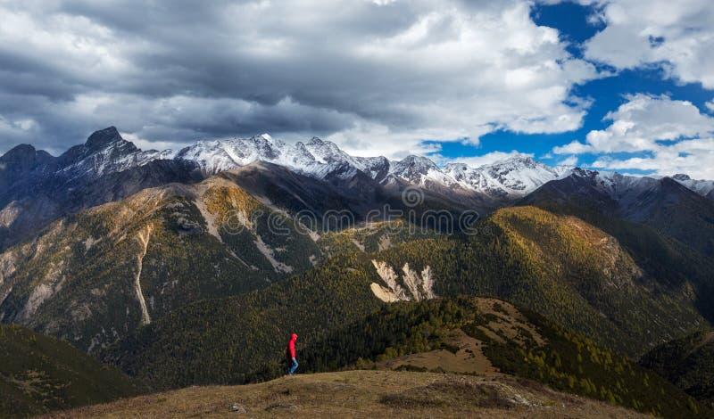 Luz y sombra de la montaña de la nieve del otoño fotografía de archivo