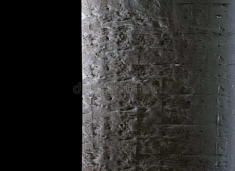 Luz y sombra en la cortina oscura y el muro de cemento áspero imagen de archivo