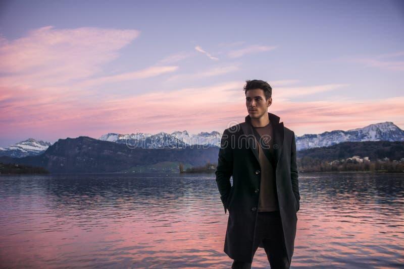 Luzern湖的岸的英俊的年轻人 免版税库存图片
