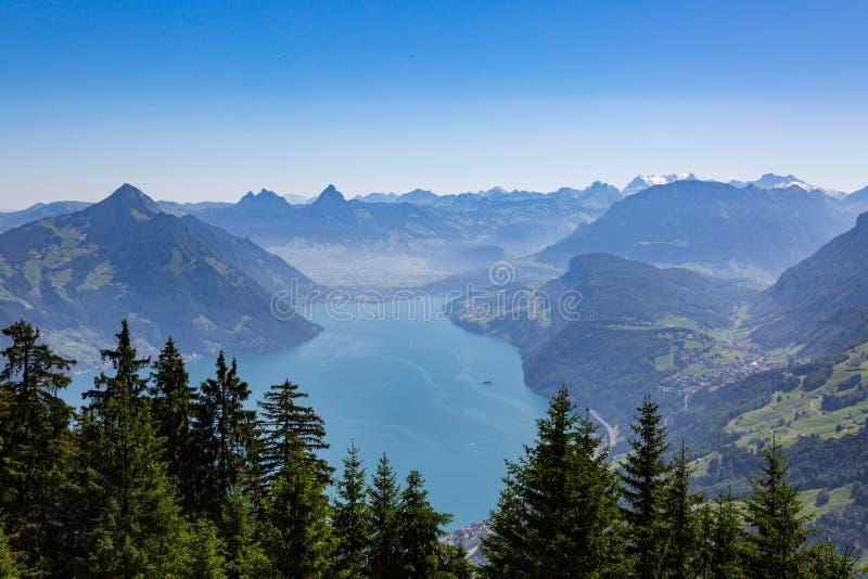 Luzerne de lac avec le ciel bleu, alpes suisses, montagnes de Mythen, forêt image libre de droits