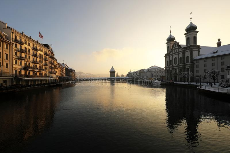 Luzerne, die Schweiz, am 4. Februar 2019: Luzerne mit Holzbrücke nannte Kapellenbrücken- und -jesuitkirche an einem Wintertag lizenzfreies stockbild