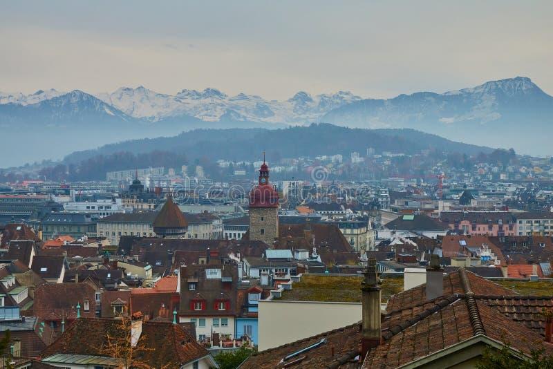 LUZERNE, die SCHWEIZ - 29. November 2018: Ansicht der alten Stadt der Luzerne, Rathaus und des umgebenden Gebirgsspätherbsts stockfotos