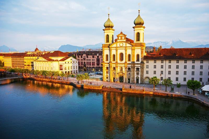 Luzerne, Jezuïetkerk door de rivier Reuss royalty-vrije stock foto's