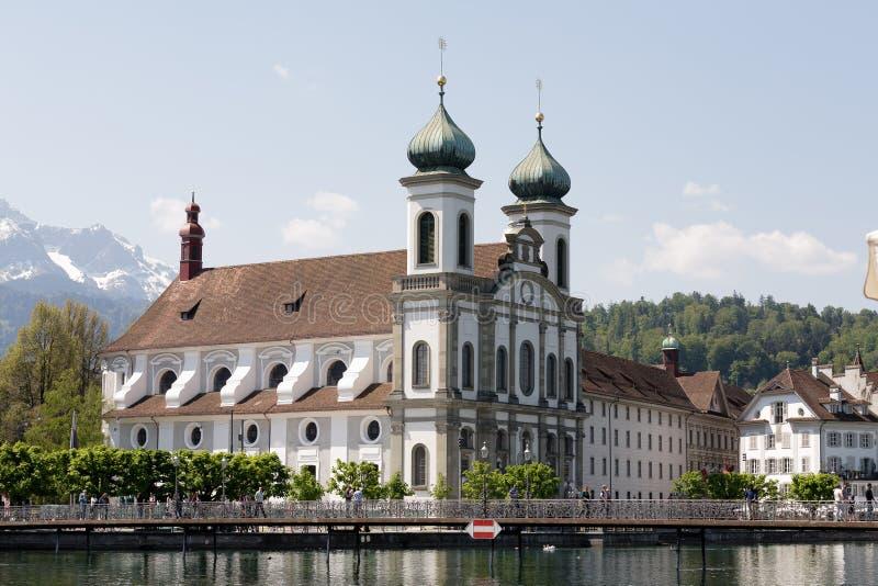Luzerne, Jezuïetkerk neer door de rivier Reuss royalty-vrije stock afbeelding