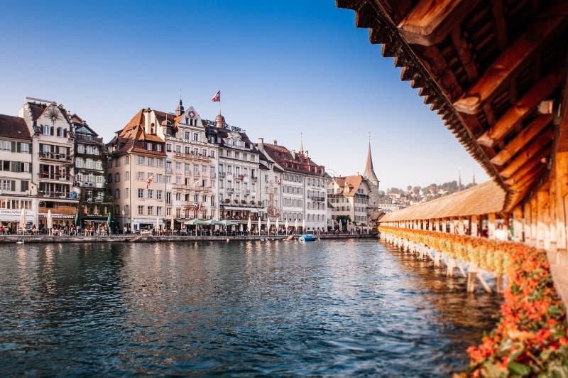 Luzerne-Kapelbrug en oude gebouwen in heldere avond, Zwitserland royalty-vrije stock foto's