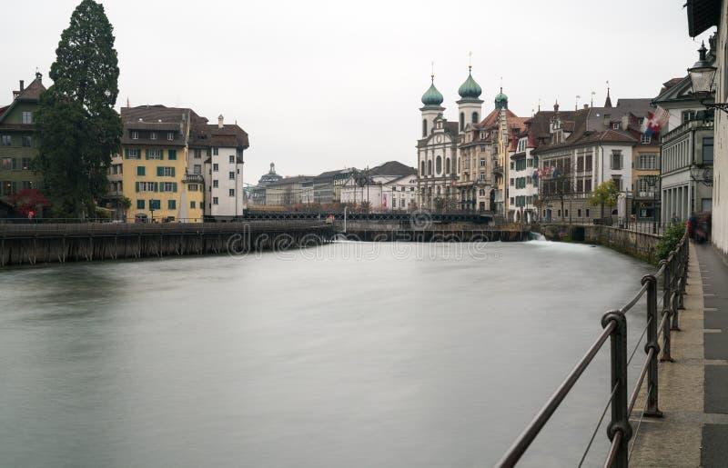 Luzerne, LU/Zwitserland - November 9, 2018: de beroemde Zwitserse stad van Luzerne-cityscape horizon en Jezuïetkerk met de rivier stock foto's