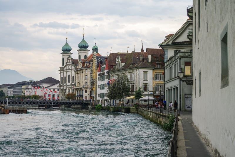 Luzerne, Suisse - 23 août 2010 : Maison traditionnelle sur l'emb images stock