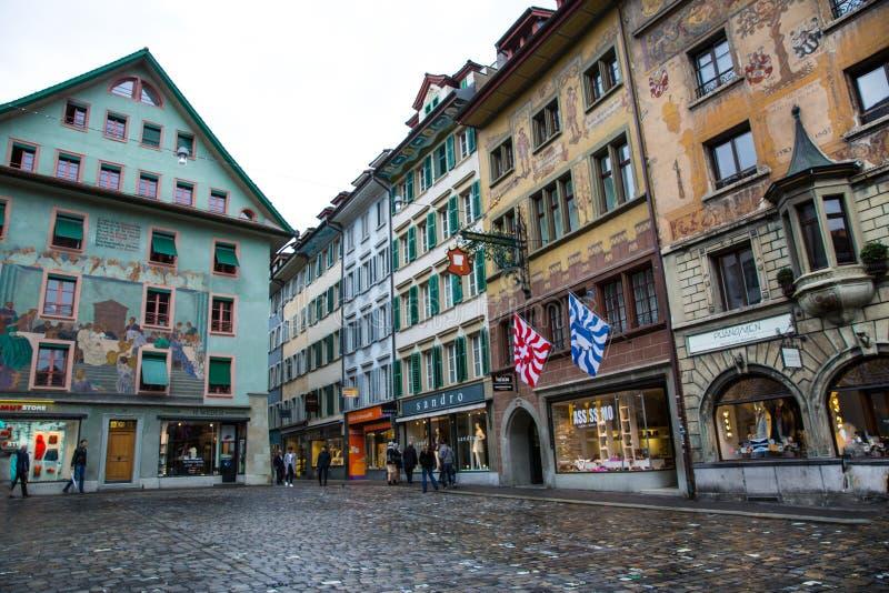 Luzerne, Zwitserland Mooie middeleeuwse gebouwen met verfraaide voorgevels stock foto