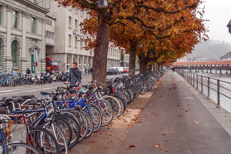 LUZERNE, ZWITSERLAND - OKTOBER 28, 2015: Typische straat dichtbij Kapelbrug over Reuss-Rivier, Luzerne stock foto's