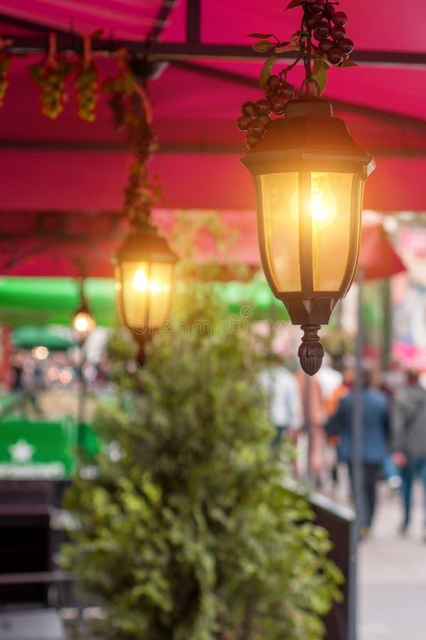 Luzes antigas do jardim com a bateria solar no café da rua imagens de stock royalty free