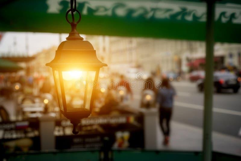 Luzes antigas do jardim com a bateria solar no café da rua imagem de stock royalty free